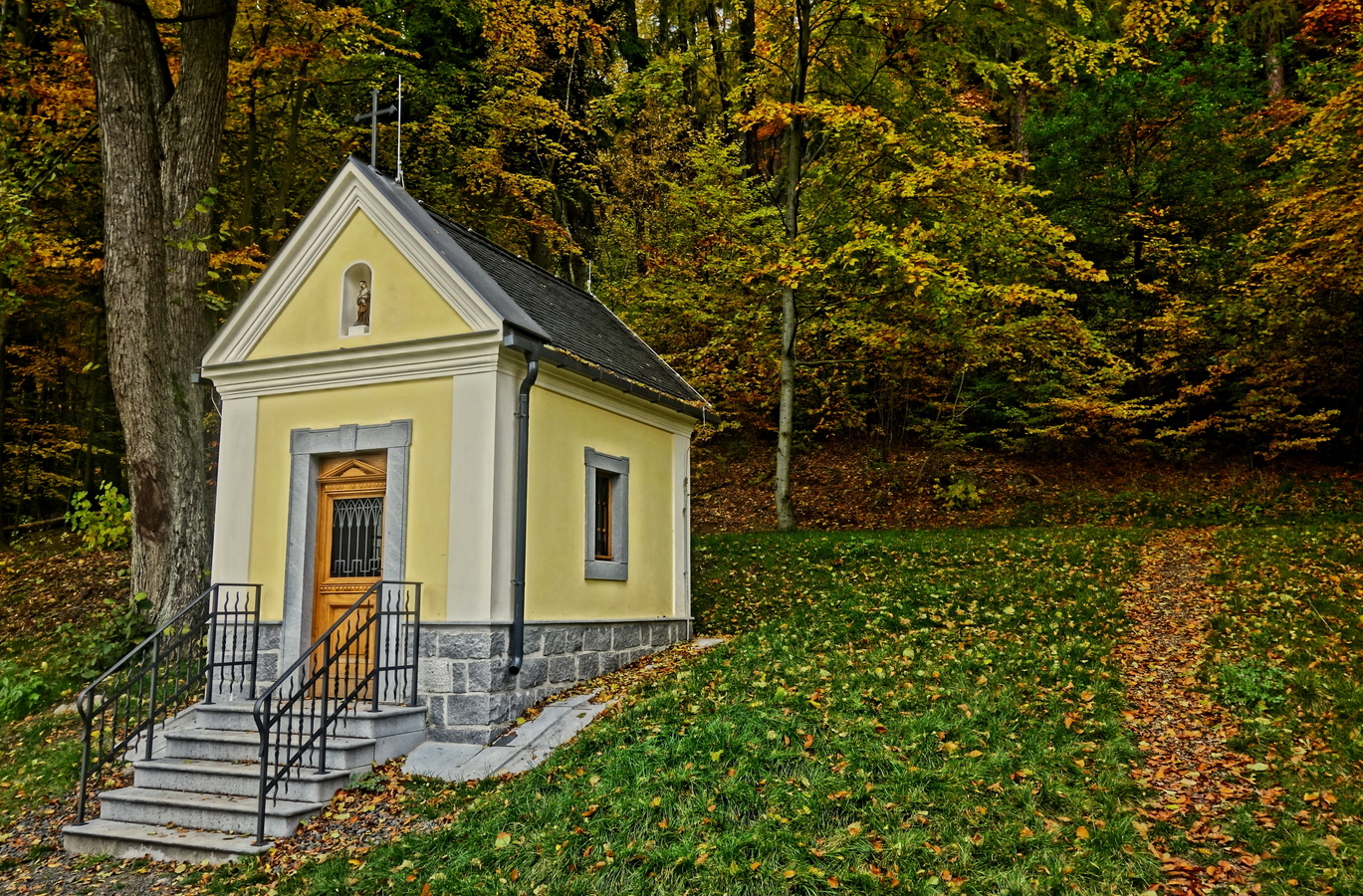 Kaplička v podzimním