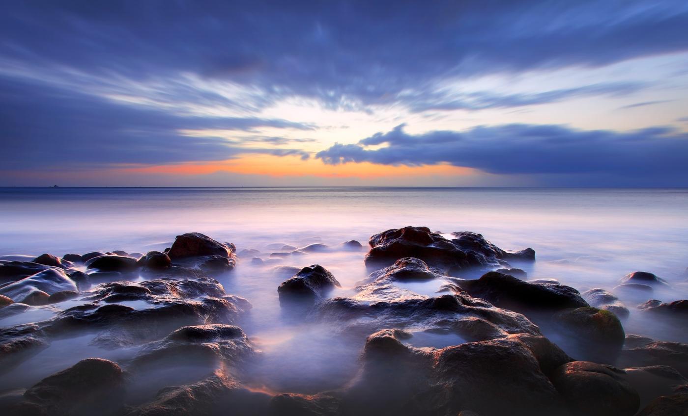 Skalnaté pobřeží ostrova Tenerife po západu slunce