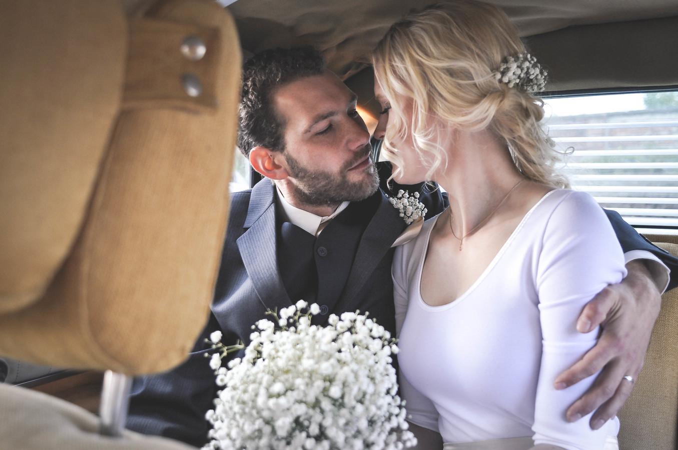 Svatební portrét v autě