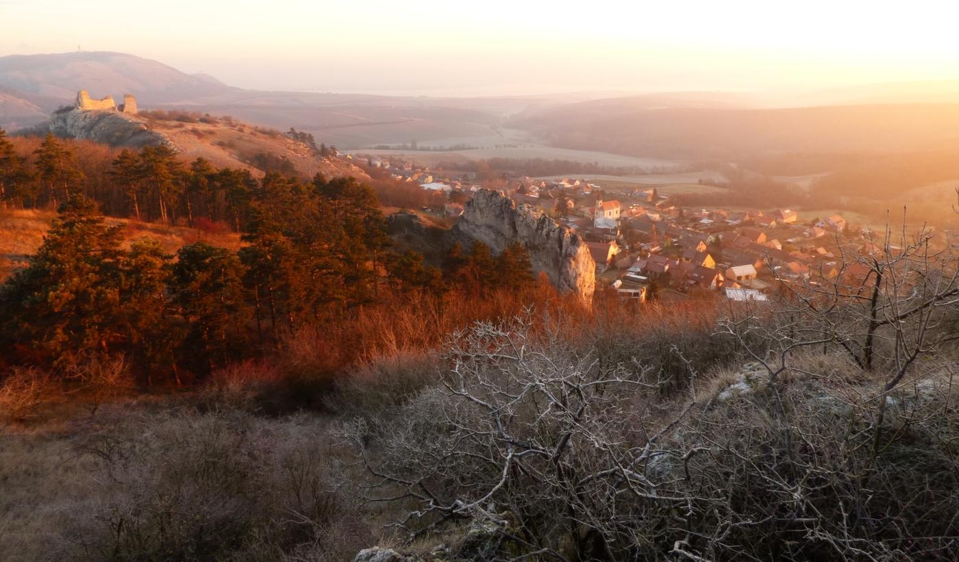 Pálava při podzimním východu slunce aneb výhled na Sirotčí hrádek a Klentnici