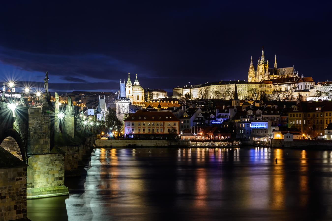 Karlov most a Prazsky hrad v noci