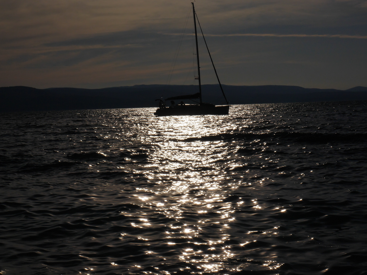 Houpá se na vodě člun....