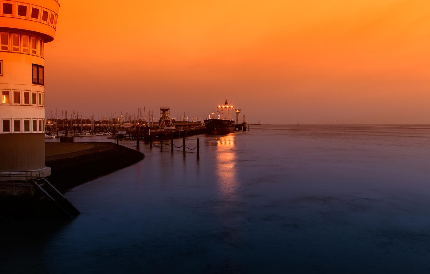 ...když v přístavu svítá...