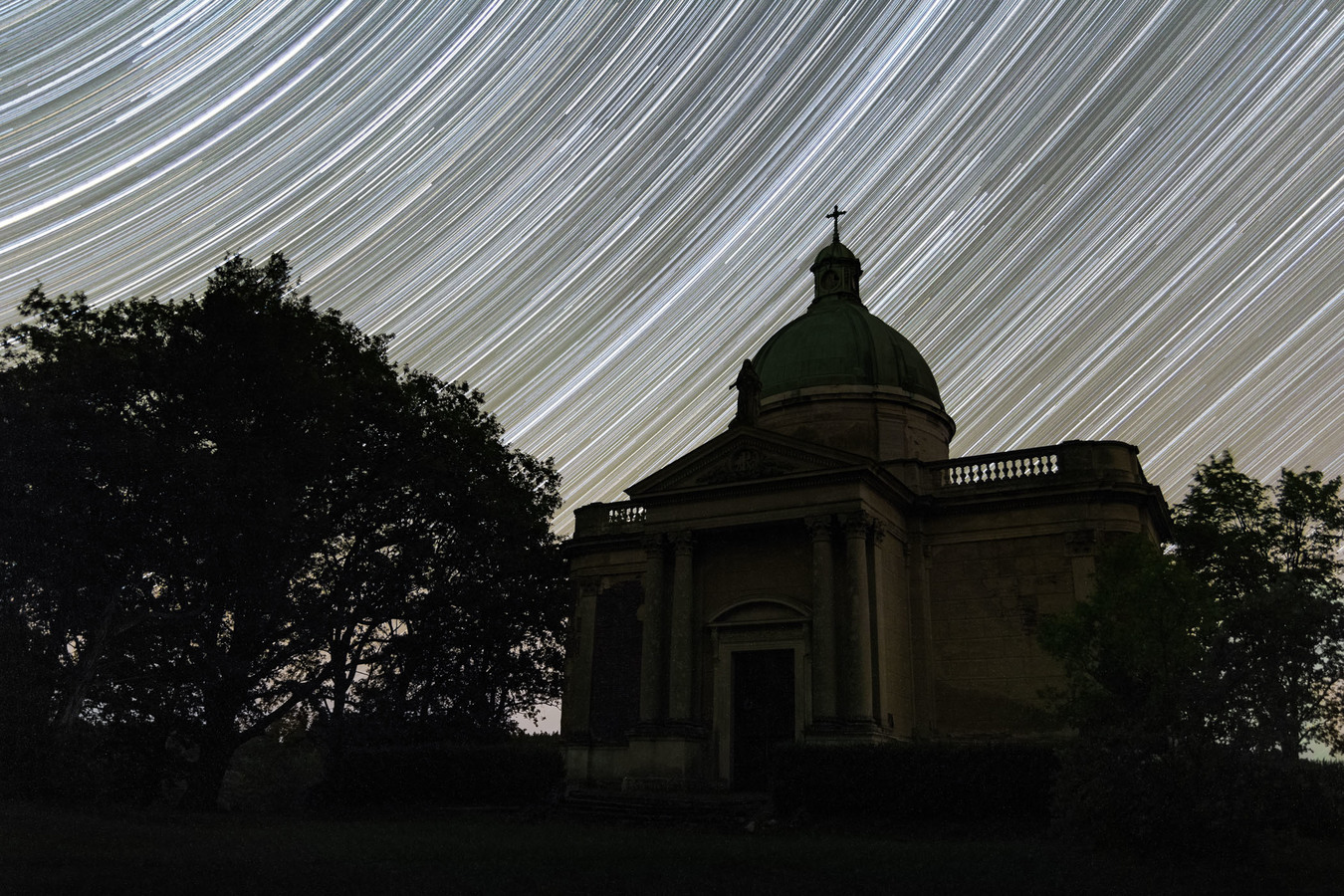 Pohyb hvězd nad opuštěnou hrobkou