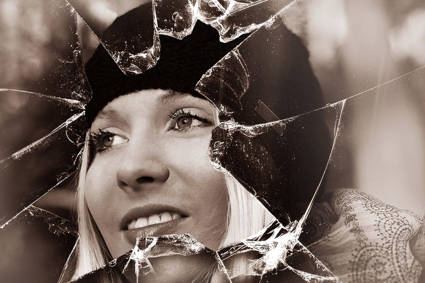 Pro její krásu se stane i tvrdé sklo křehkým...