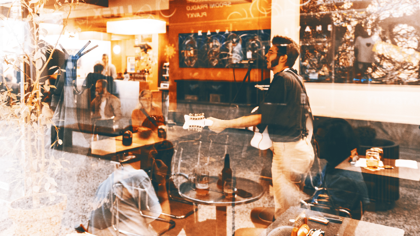 Pouliční zpěvák v kavárně