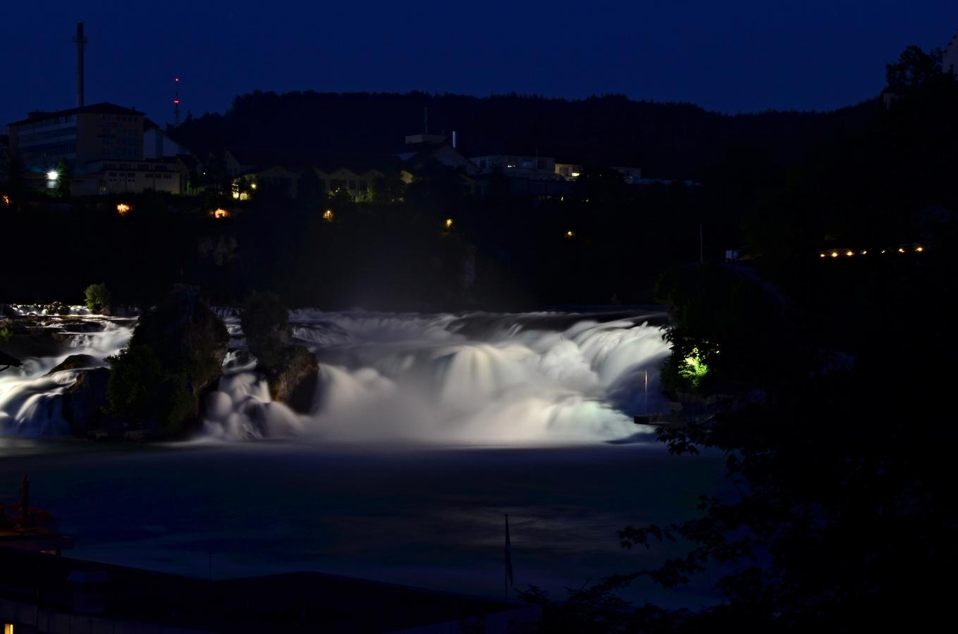 Rýnské vodopády za tmy