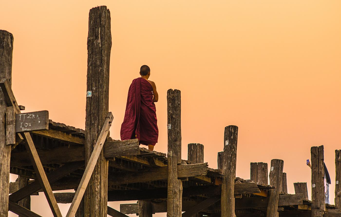 Mnich na týkovém mostě U-Bein