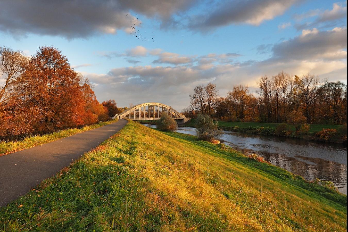 Podzim, večer, most + světlo