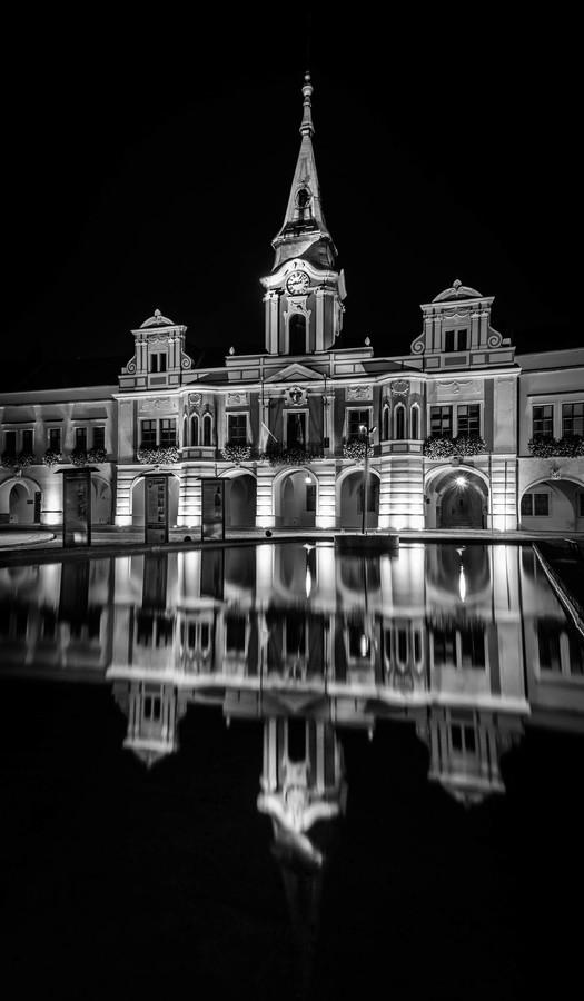 Zrcadlící se Mělnická radnice