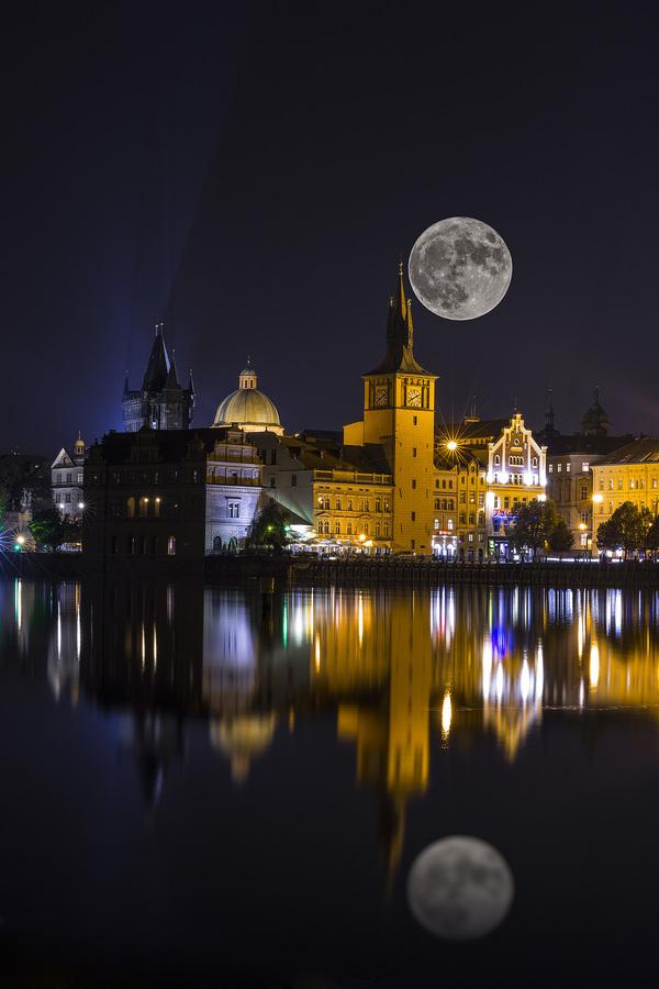 Měsíc nad Prahou
