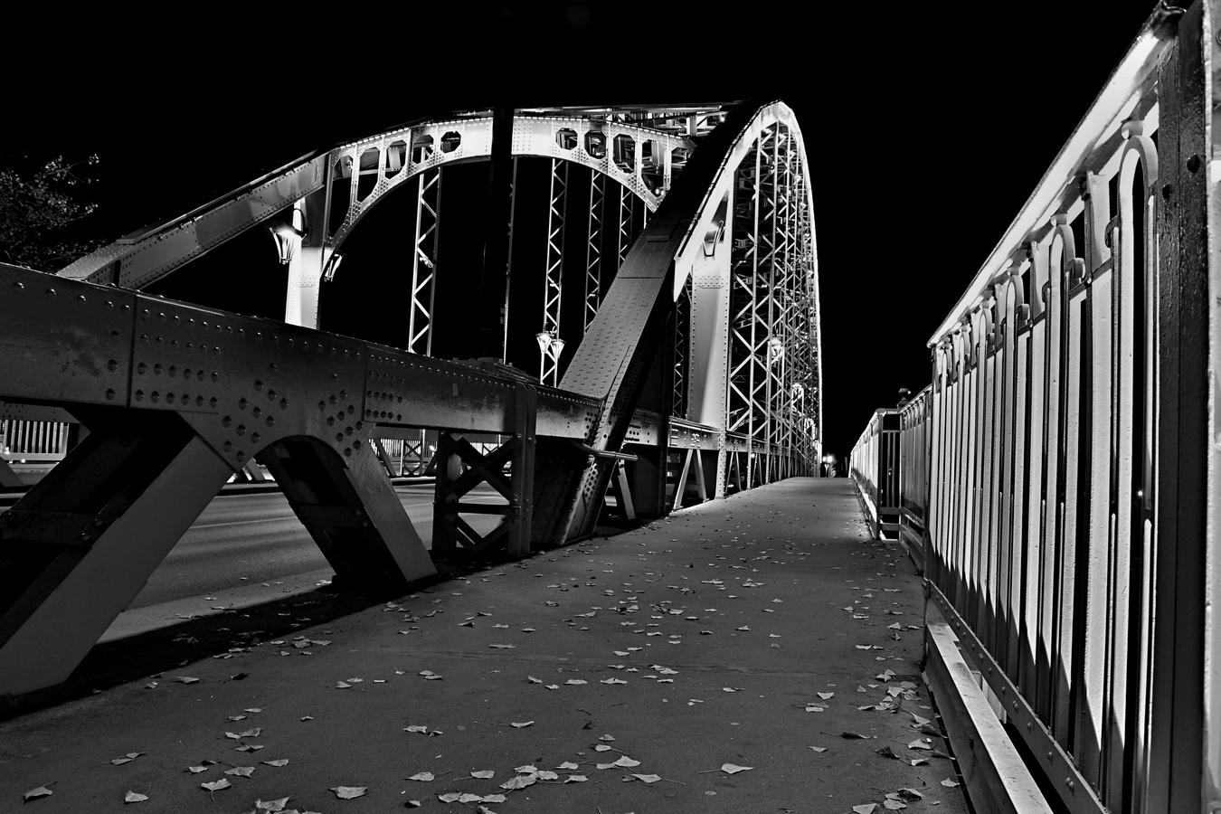 Osvětlený most v maďarském Gyoru z druhá strany