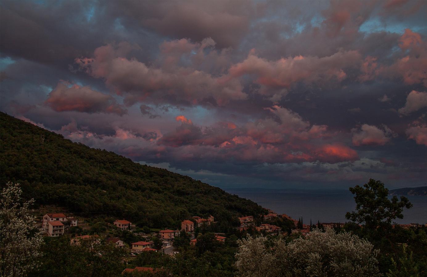 hořící peklo po bouřce na Istrii