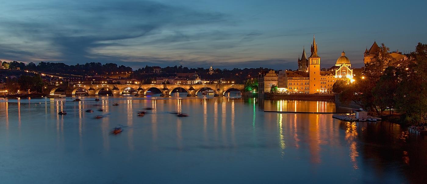 Večerní hemžení na Vltavě