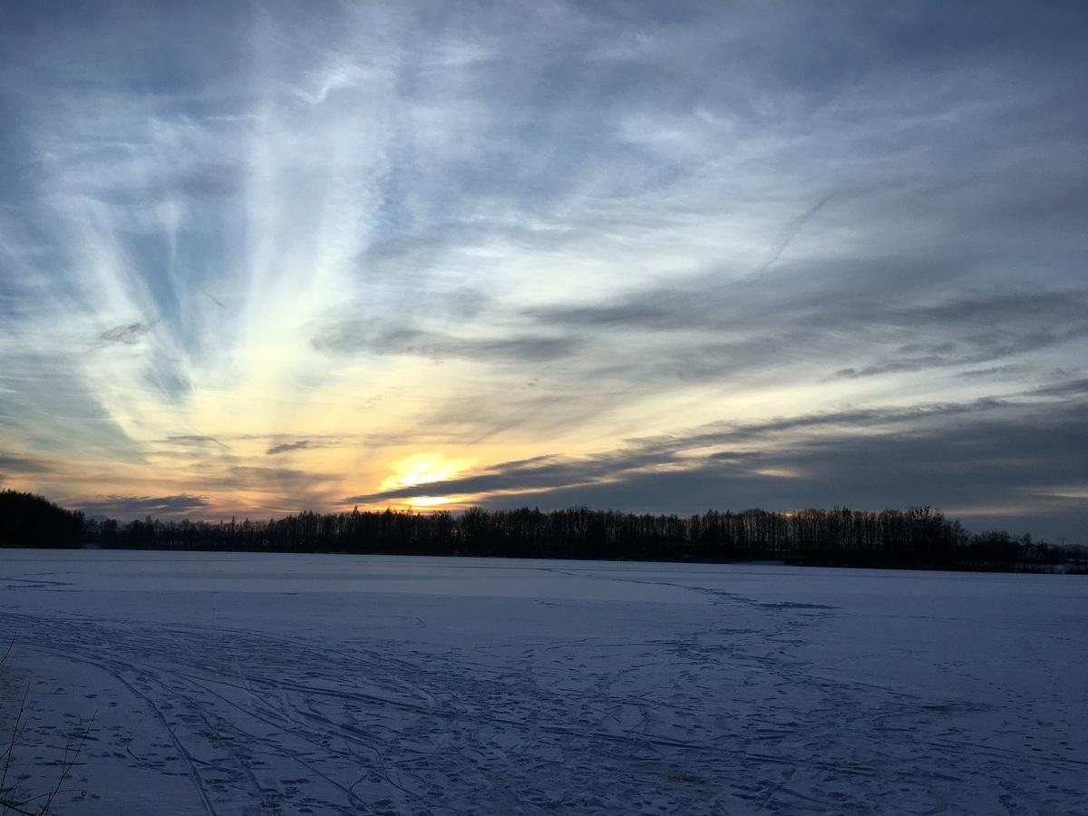 Zamrzlá přehrada při západu slunce