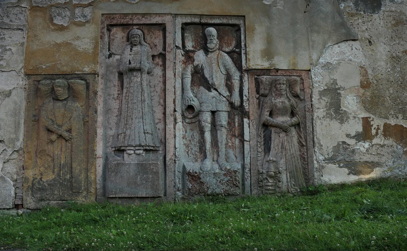 Staré náhrobky.