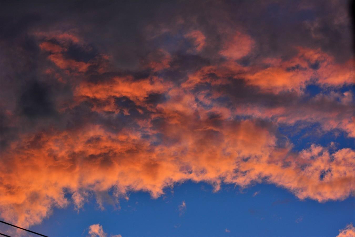Osvětlení mraků při západu slunce.