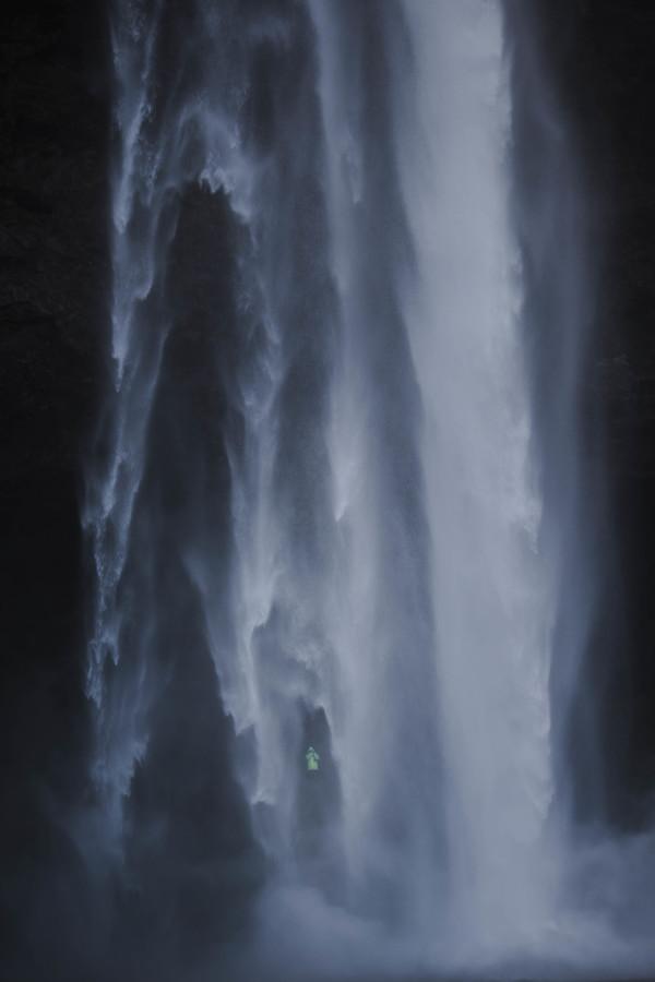 Muž za vodopádem