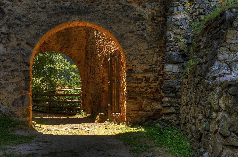 je tam brána zdobená...