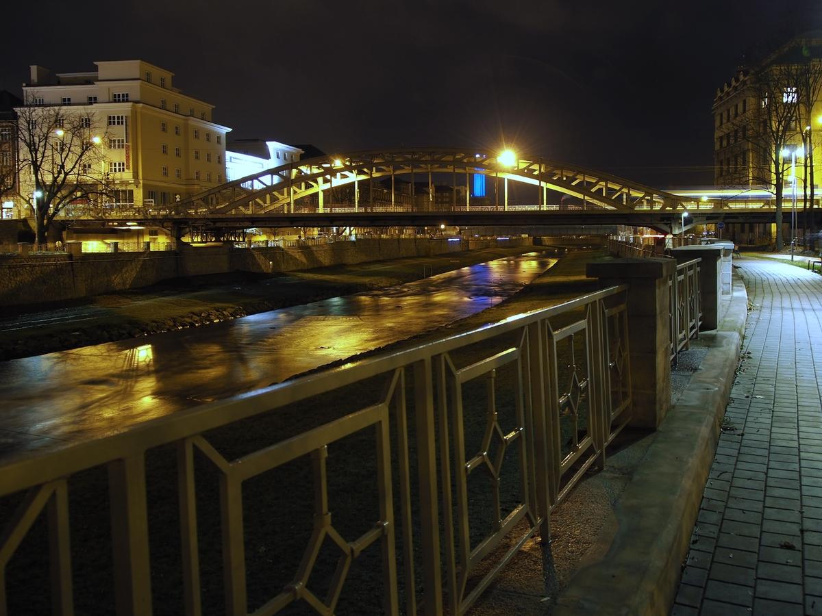 Večerní most Miloše Sýkory v Ostravě