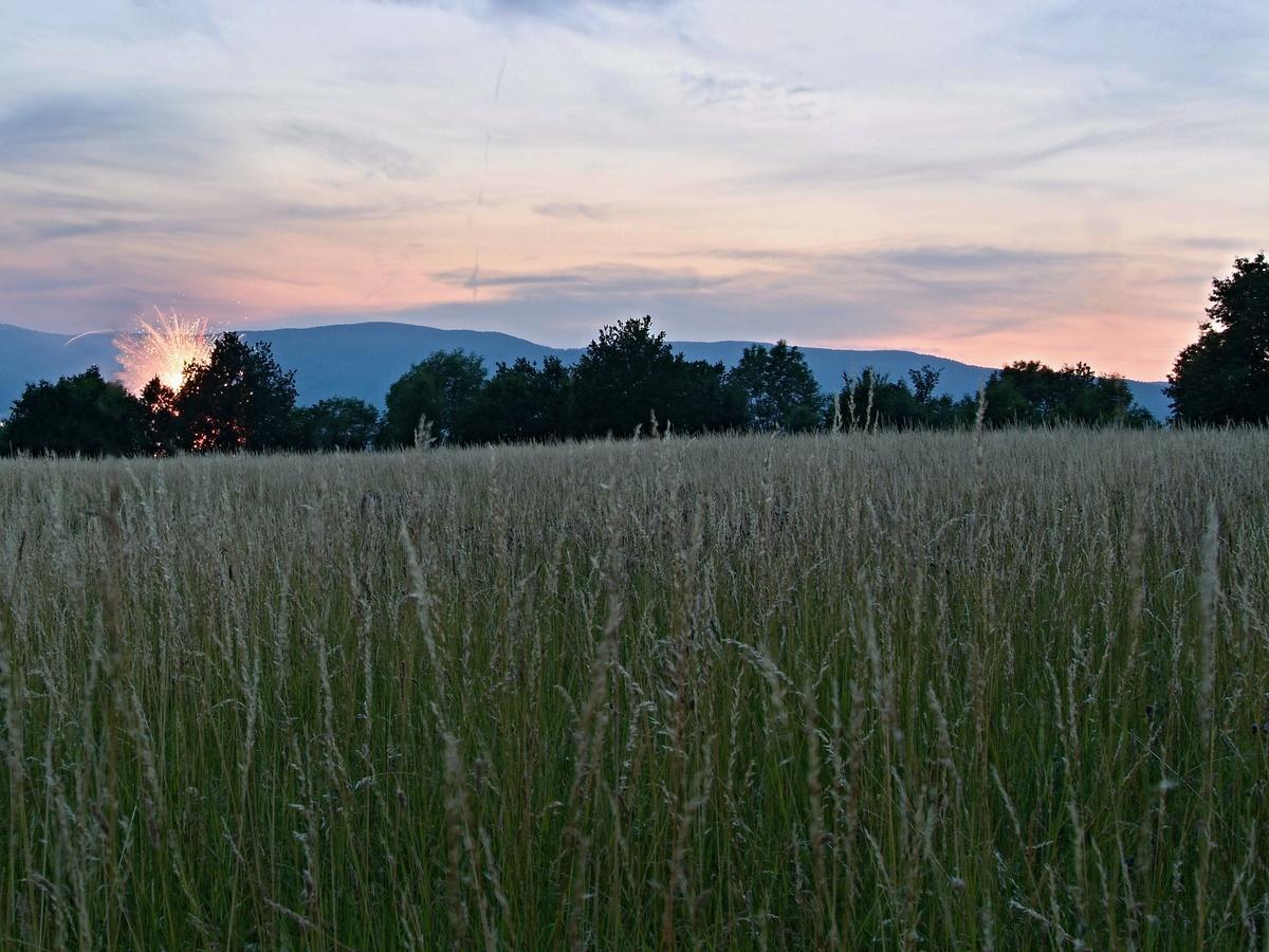 Západ slunce s ohňostrojem