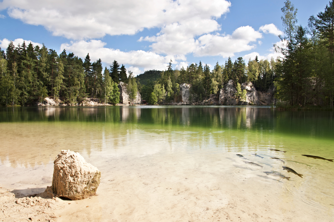 jezero ve skalách