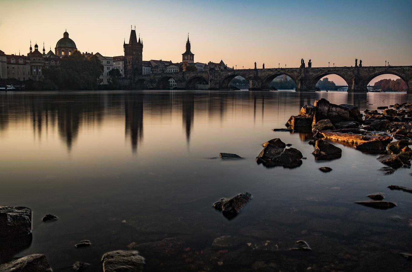 Klidné ráno u Karlova mostu