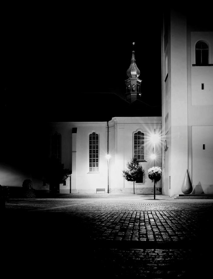 V tichu noci.