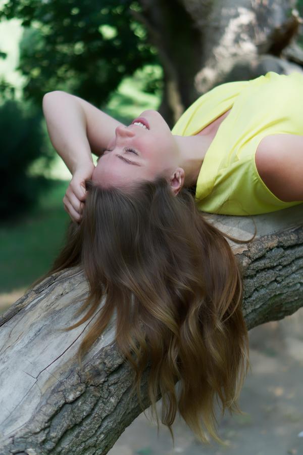 Dcera na stromě v Podzámecké zahradě Kroměříž