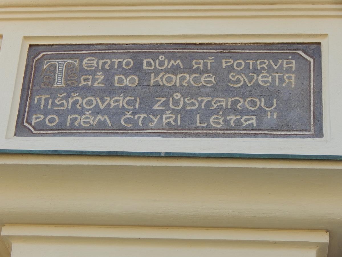 Historický nápis na Tišnovské radnici.