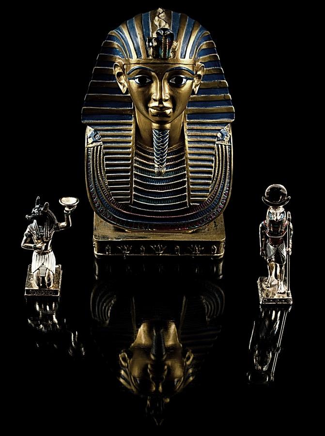 Jsem Tutanchamon Faraon Dolního a Horního Egypta, Amon-Re syn Rea, vládl jsem celému Egyptu a dalším zemím v letech 1328 - 1318 př.n.l.