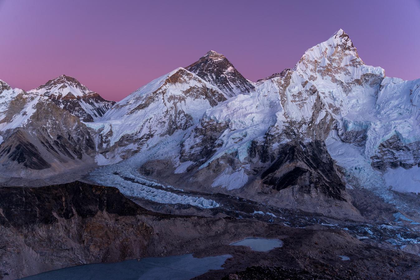 Fialová obloha nad Everestem