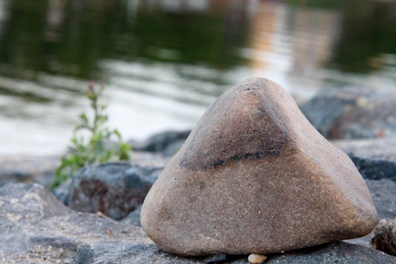 Kamenitý břeh
