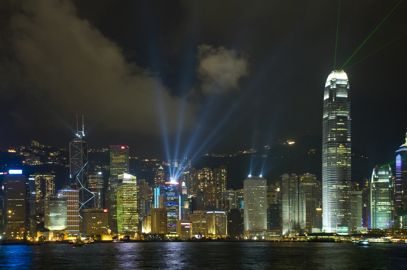 Laser show v deštivém Hong Kongu