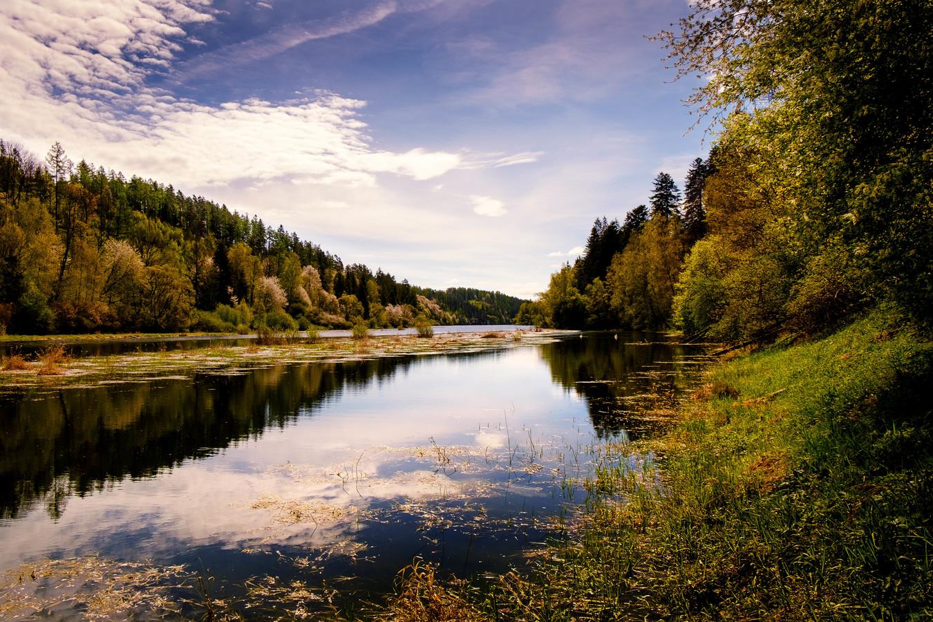 Začátek přehrady Kružberk na řece Moravice.