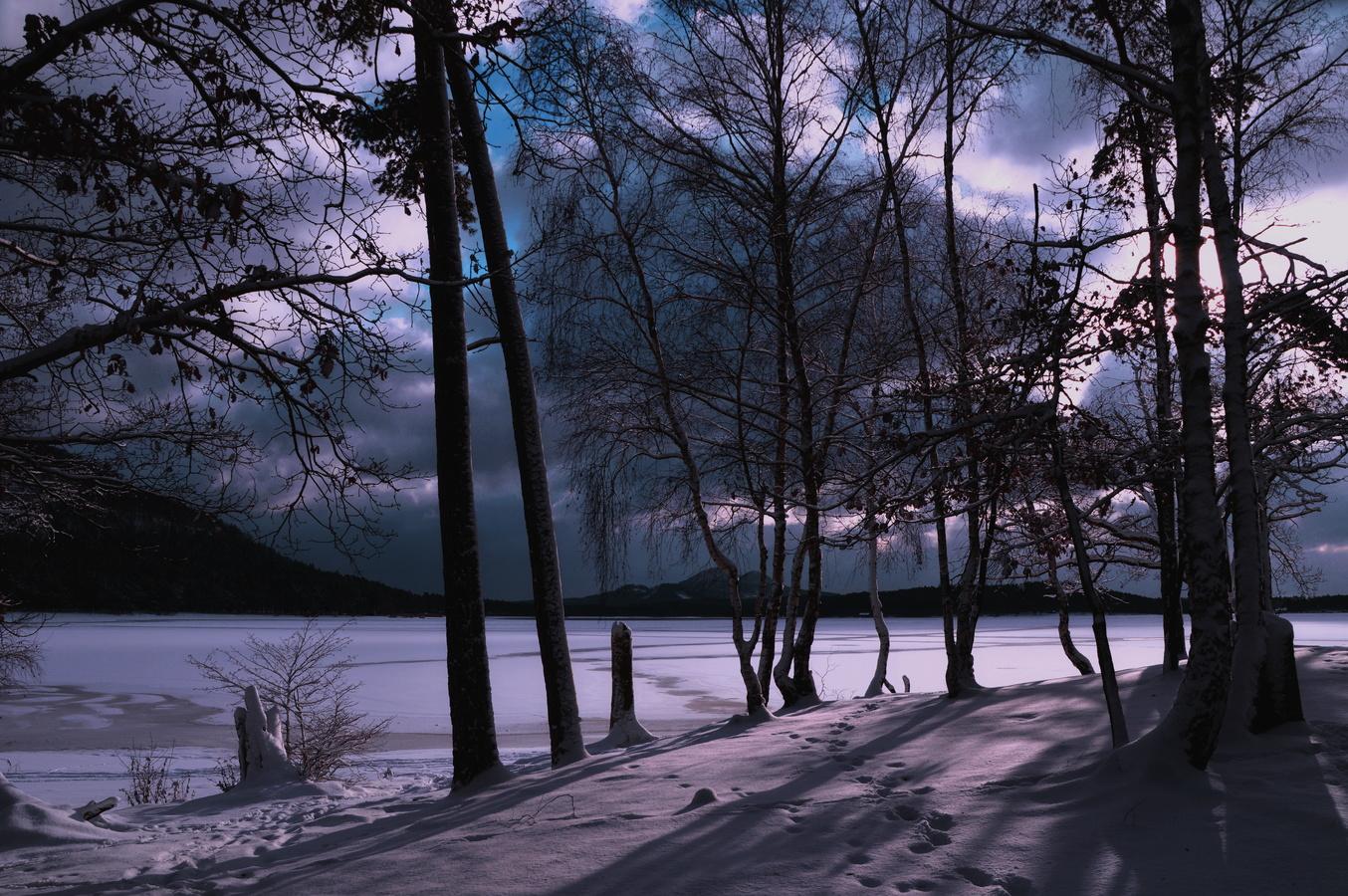 Na břehu jezera