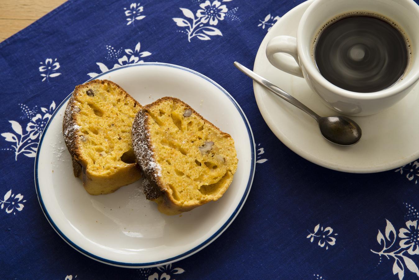 Kávička s mrkvovo ořechovou bábovkou