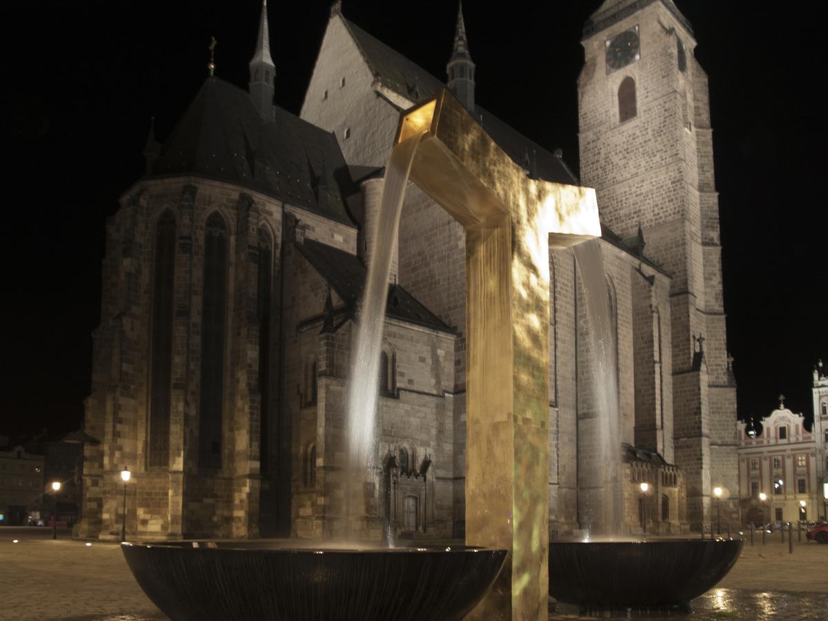 """Goldene Brunnen"" a Katedrála svatého Bartoloměje"