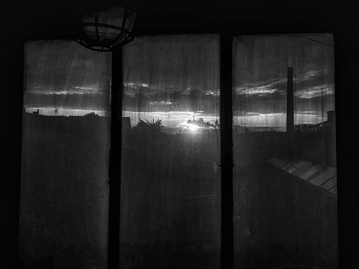 Z okna šamotky