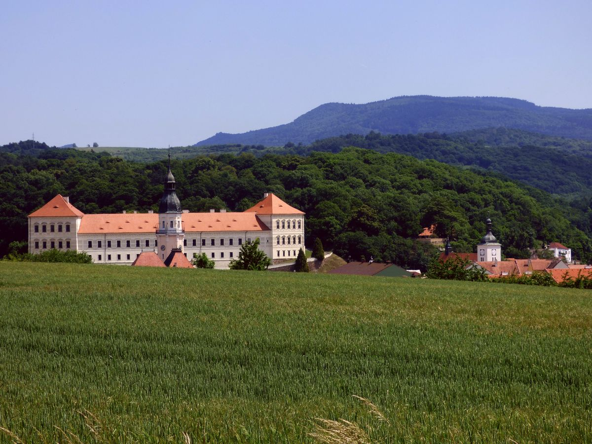 Radniční věž vévodí zámku