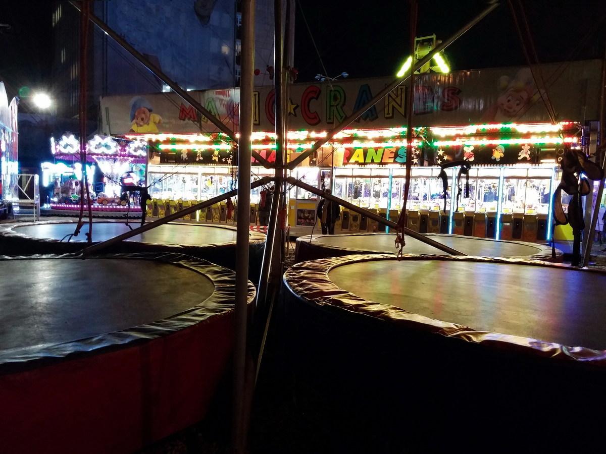 Trampolíny v nočním lunaparku