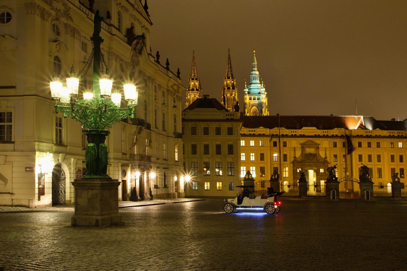 Hradčanské náměstí v noci