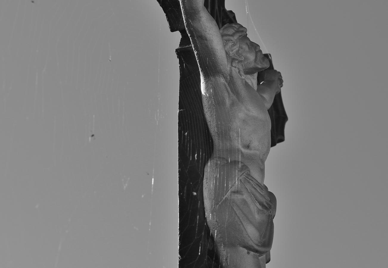 Dlouho, dlouho přibit na kříž.