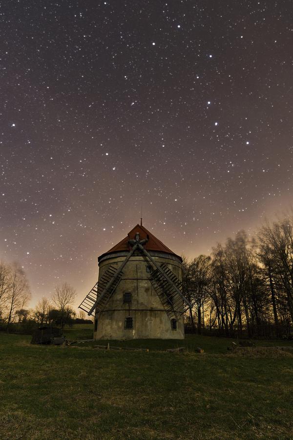 Noční větrný mlýn