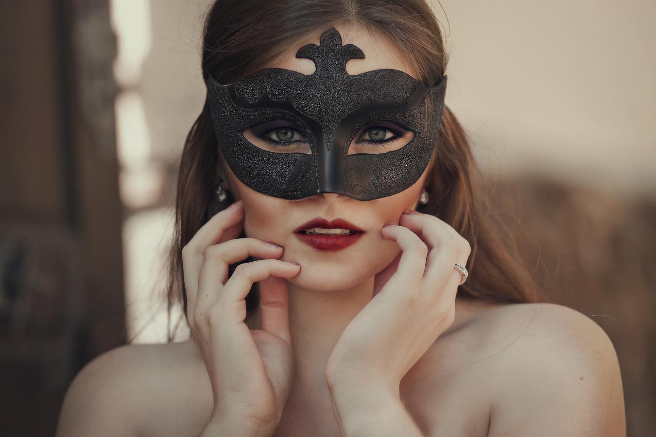 žena v masce