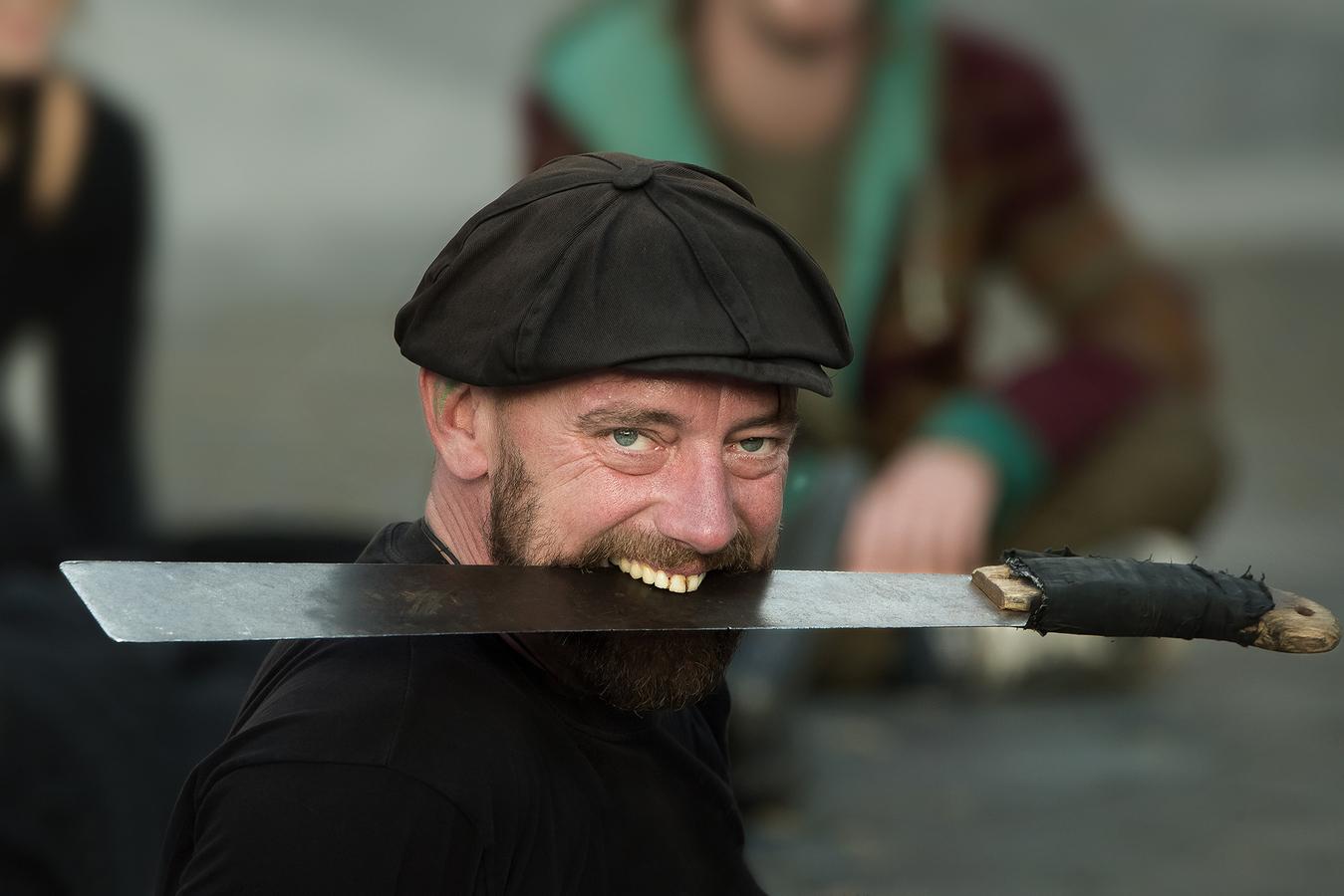 Portrét muže s mačetou
