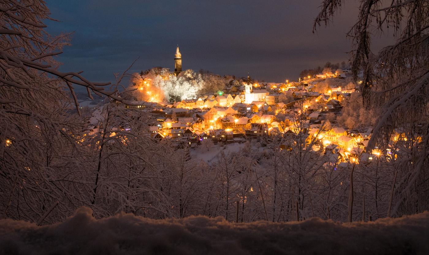 zima na nad známým městečkem
