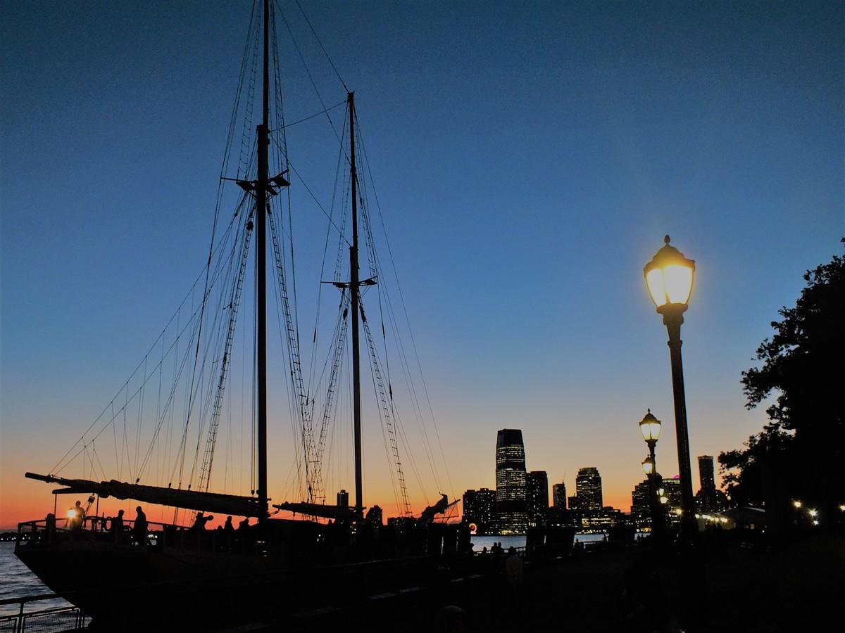 Plachetnice v soumraku