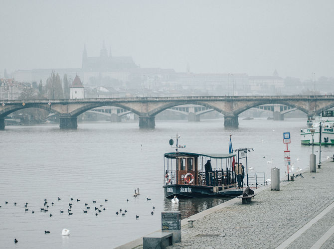 Prázdná a chladná Praha v mlze