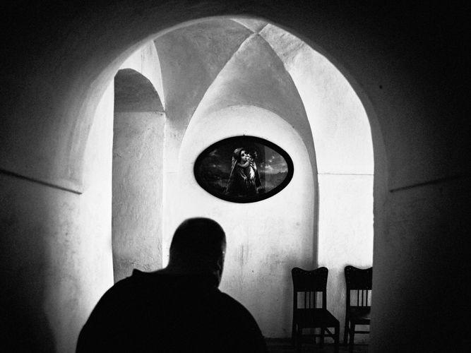 Muž v kapli